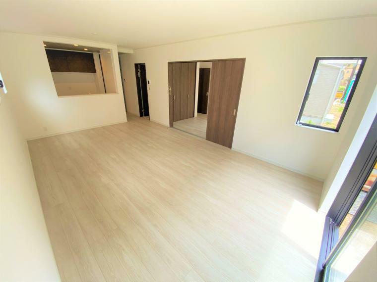 居間・リビング 4号棟 リビング(2号棟も同仕様) 17.8帖の広さで、リビング内にある窓はすべて開閉できます! 風通しも陽当たりも良い空間です!