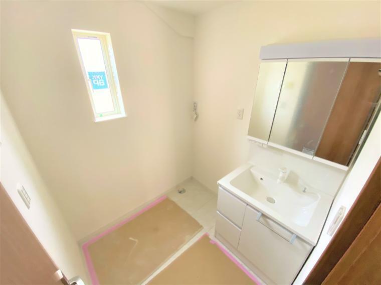 洗面化粧台 2号棟 洗面 洗面所には三面鏡タイプの洗面化粧台とドラム式でも縦型でも置ける洗濯機置き場完備!床下収納も付いています!