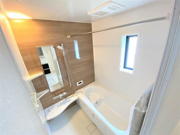 浴室 4号棟 浴室 各棟、カラーは異なります。 1坪タイプの浴室で足を伸ばしてゆったりお風呂タイム! 浴室設備も付いていて1年中快適なお風呂!