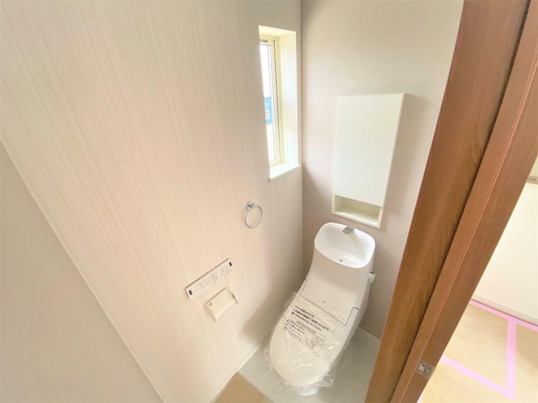 トイレ 2号棟 トイレ タオル掛けハンガーや収納スペースが備え付けてあります。 各棟、クロスの柄やお色は異なります。