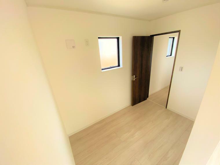 ウォークインクローゼット 4号棟 フリースペース(2号棟も同仕様) 寝室には書斎や趣味のお部屋、ハンガーパイプを付けてWICにもできる3帖分のフリースペース!