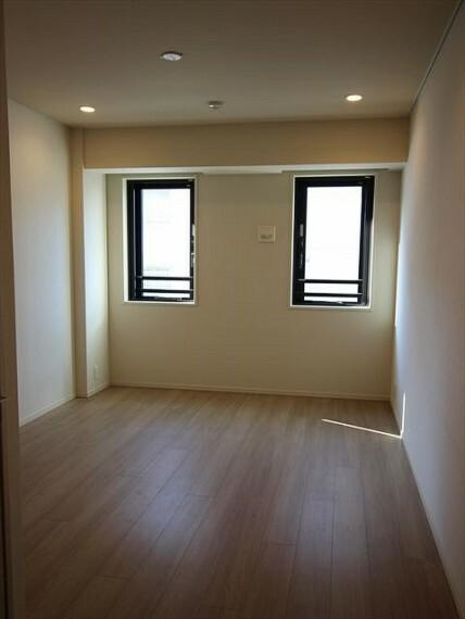 居間・リビング 7畳の洋室。ウォークインクローゼットがあり、収納に困りません。