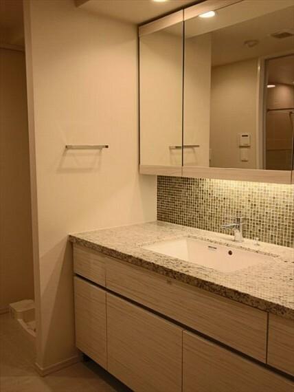 洗面化粧台 三面鏡の裏には収納スペースをご用意。