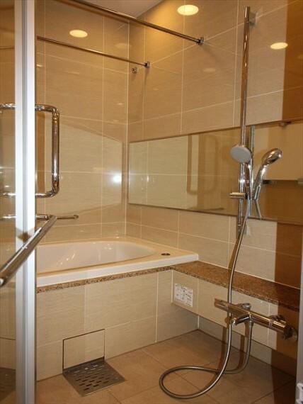 浴室 タイル貼りの高級感のある浴室。