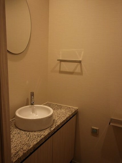 トイレ 専用の鏡付き手洗いカウンターを設置。