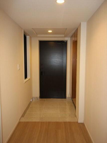 玄関 玄関に窓があり、換気に最適です。