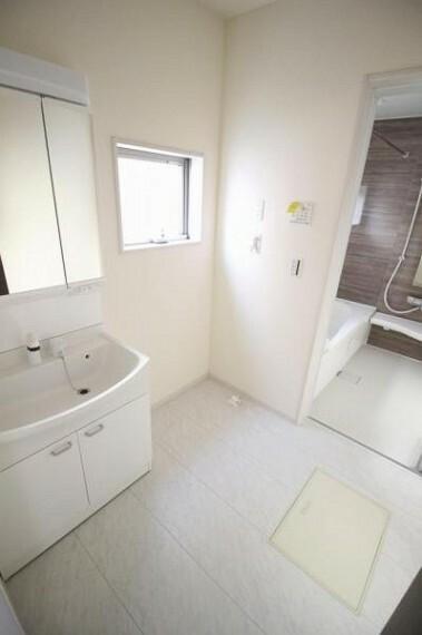 洗面化粧台 洗面室にも窓を設け明るい空間に仕上げました!