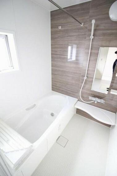 浴室 小さなお子様も座って入浴可能なベンチタイプの浴槽です!