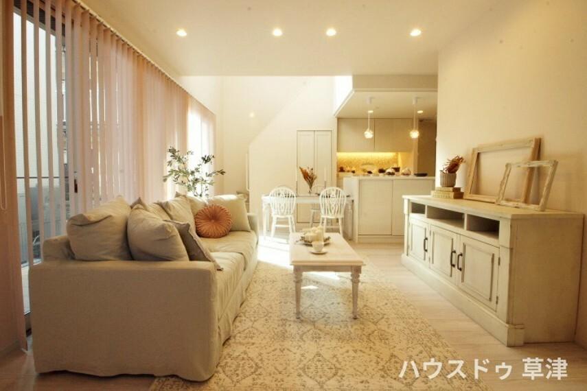 居間・リビング 床暖房でご家族が自然と集う空間へ・・家族それぞれが思い思いにくつろげるゆとりあるリビングは家族が自然と集まりますね。