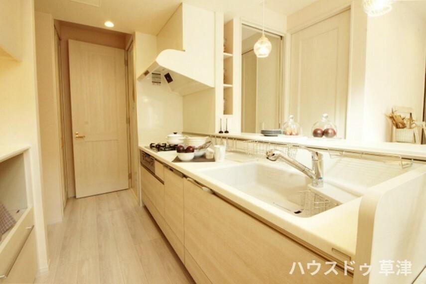 キッチン 設備充実のキッチン。使い勝手の良い豊富な収納もございます。