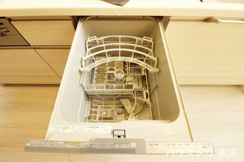 キッチン 食器洗乾燥機がついています。乾燥まで済ませてくれるので洗って拭く手間が省けます。