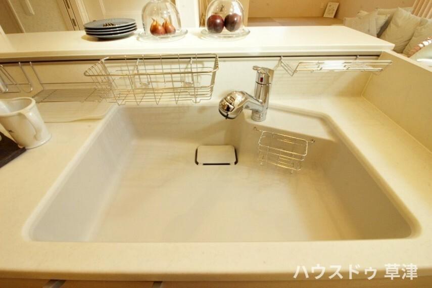 キッチン 広いシンクなので大きい鍋やお皿も置けて使い勝手が良さそうです。