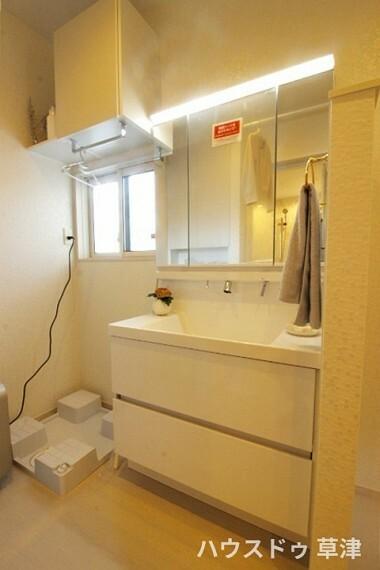 洗面化粧台 三面鏡の裏に収納が豊富なシャンプードレッサーは、家族各々の物をキチンと収納し、すっきり清潔に保てます。
