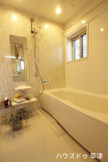 浴室 ベンチタイプの浴槽で半身浴も可能で、ゆったり一日の疲れを癒してくれます。
