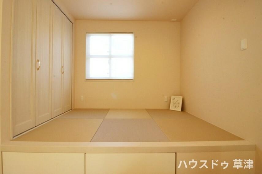 和室 リビングの一角に設けられた小上がりの空間。落ち着いた空間です。 小上がりに収納を設けることで、限られた空間を有効活用できます。