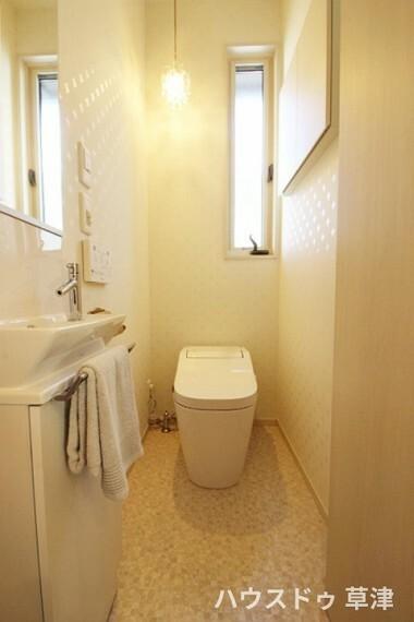 トイレ いつも綺麗に清潔にウォシュレット付きのトイレです。もちろん窓も付いてるので空気の入れ替えも楽にできます。