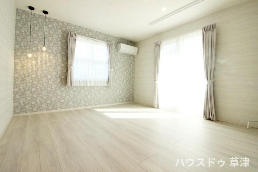 洋室 2面採光で陽当たりや風通しがいいお部屋。バルコニーに出入り可能です。