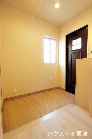 玄関 玄関には下駄箱がついています。靴なども下駄箱に収納してスッキリとした玄関を保てますね。