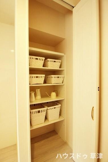 収納 キッチンの収納スペースです。食材など色々な物がしまえてスッキリしたキッチンになりますね。