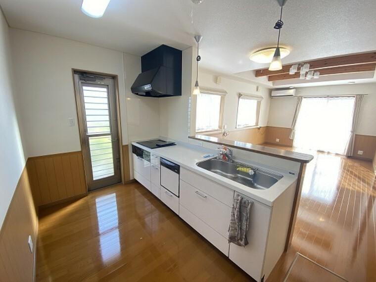 システムキッチンです!白い色なので清潔感がありますね。