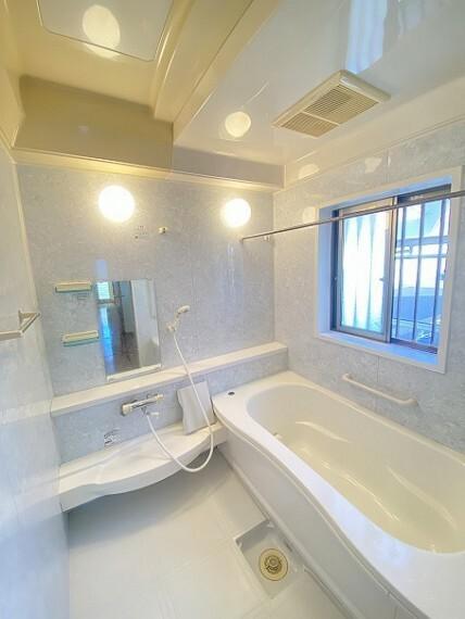 浴室です。壁がお洒落な模様の壁です。リラックスできそうな浴室ですね。