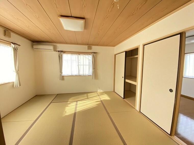 二階和室です。日当たりのいい部屋です。WICにもすぐ行けますので大きい荷物の出し入れや片付けもすぐにできます。