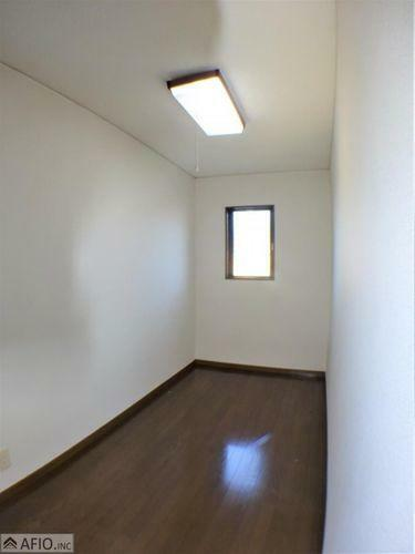 収納 大きな納戸には、季節物の衣類などまとめて収納でき、お部屋を広く使えます。