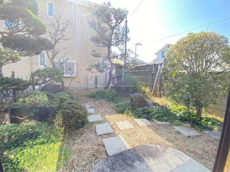 庭 和室(広縁)からの写真です 丁寧に手入れされており、季節の移ろいを感じられます