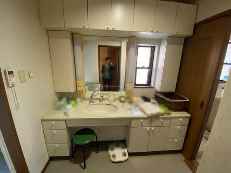 洗面化粧台 カウンターの広い洗面台です