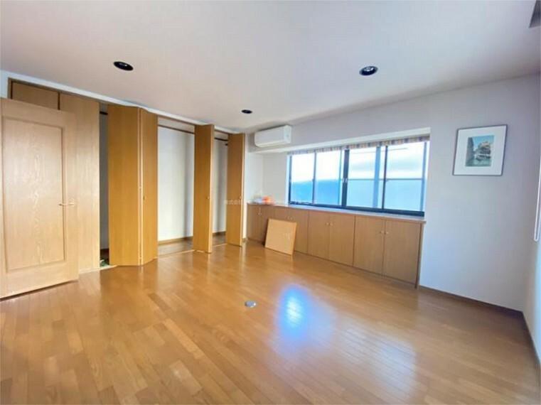 1階洋室10帖。収納たっぷりの設計です