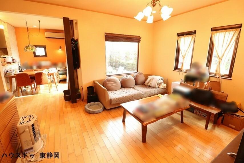居間・リビング 家族の集まる場所だから、明るく、快適に。3面採光で日当たり、風通し良好。