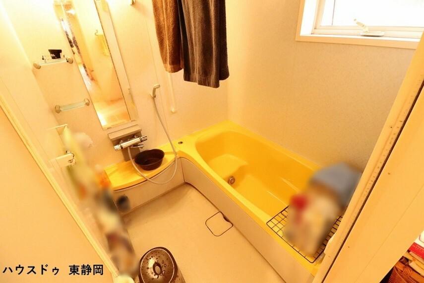 浴室 ベンチタイプの浴槽は、お子様に座っていただけるので、お風呂も一緒に入りやすいですね