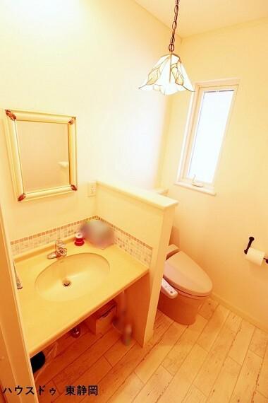 トイレ 2階トイレ。広く開放的で可愛らしい印象のトイレです。大人も子どもも快適な自動温洗浄便座機能付きです。窓もあっていつも清潔に保てます。