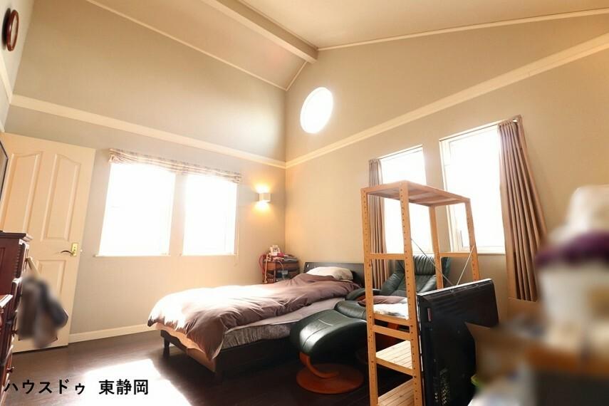 洋室 西側の洋室。天井が高く明るい洋室は家具を置いてもゆったりスペースがあります。