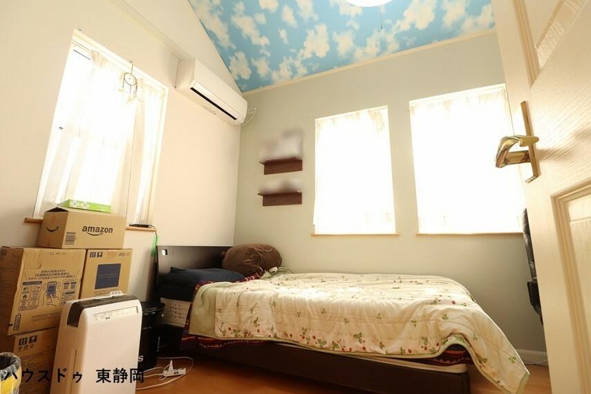 洋室 南側の洋室。可愛らしい空の壁紙が印象的な洋室です 3面採光で明るい室内空間です。