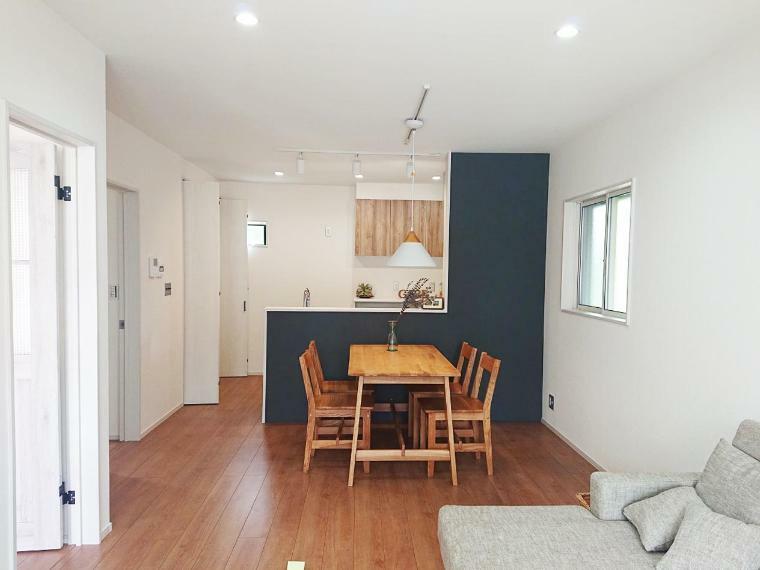 リビングダイニング キッチン側の壁面には杉板が貼られる予定です。