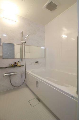 浴室 鏡のある新品お風呂です