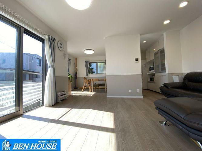 ダイニングキッチン ・対面キッチンで一体感のあるLDK・たくさんの窓から入り込む太陽光で明るく開放感のある大空間となっています・通りからの視線を感じず寛げるリビングです・家具は価格に含まれておりません