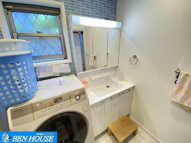洗面化粧台 ・白を基調とした清潔感のある洗面台。・鏡は三面鏡になっており、鏡裏にも収納が出来ます。・窓もございますのでいつでも換気できます・是非ご確認ください(家具・家電は価格に含みません)