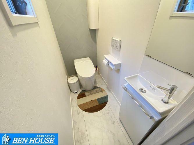 トイレ ・お掃除のしやすいタンクレストイレ・シャワー洗浄機能付のトイレは、清潔感が印象的な空間ですね・リモコンは壁掛けタイプです・もちろん手洗い器もございます・是非ご確認ください