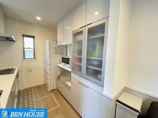 キッチン ・カップボード完備のキッチンスペース・天井の高さまである大容量収納できるカップボード完備・備え付けのものですのでキッチンとの一体感もございますね(食器や家電は価格に含みません)