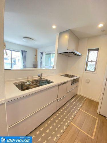 キッチン ビルトイン食洗機付きでお片付けもラクラク・シンク下の収納は、使いやすい引き出しタイプでお鍋などのキッチン用品もスッキリ収納できますね。・キッチンスペースも広く、ご家族でお料理を愉しめますね