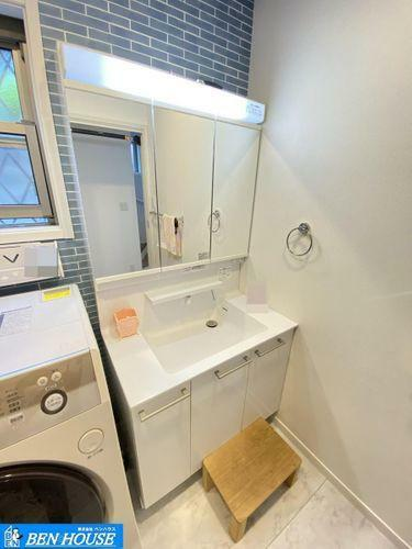 洗面化粧台 洗面室・洗面室にも窓があり、いつでも換気することができます・三面鏡背面は収納タイプの洗面化粧台・後ろ姿も確認できますね・日々の暮らしをサポートしてくれる充実の仕様・設備搭載