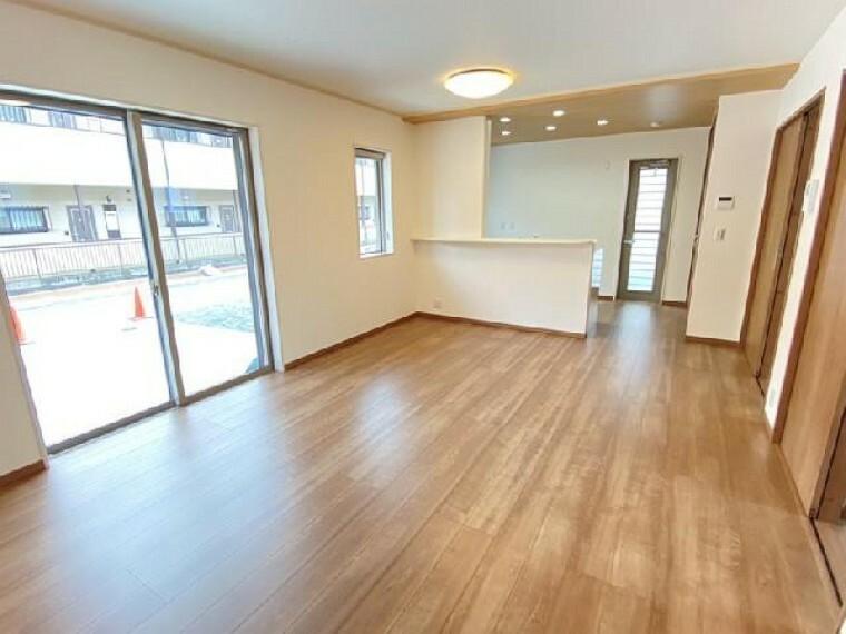 妻沼B号棟 リビング・・・ご家族の憩いの場となるリビングは16.1帖と広々しているので、お気に入りの家具を自由に配置して、自分だけのマイホームを演出することができます。