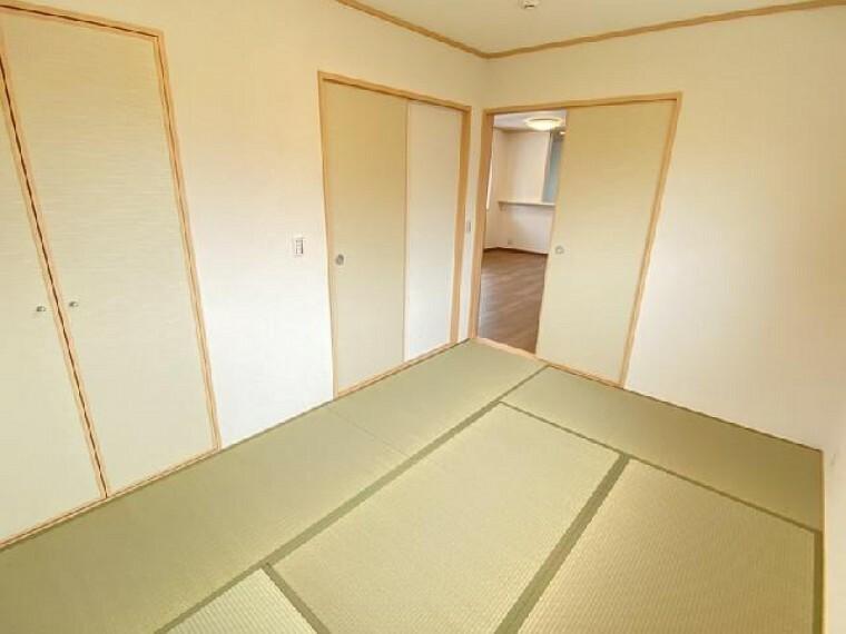 妻沼B号棟 和室・・・フローリングと違いやわらかい畳は小さいお子様のお昼寝や来客時の客間としてもお使いいただけます。