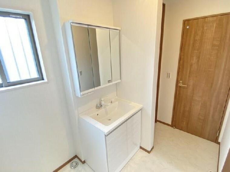 妻沼B号棟 洗面室 ・・・洗面台は三面鏡が付いており鏡の裏は収納スペースとなっております。化粧水やドライヤーなどごちゃごちゃしてしまいがちな洗面台もスッキリと片付けておくことが出来ますね