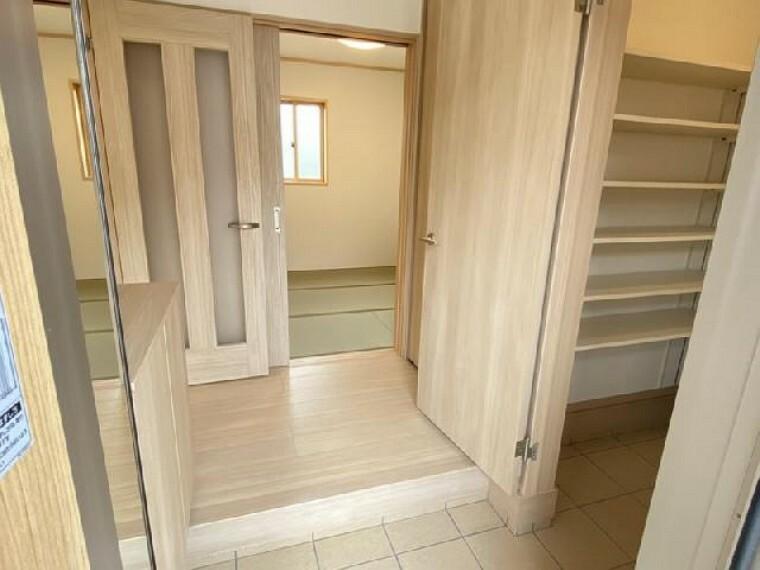 妻沼C号棟 玄関・・・シューズボックスが標準で付いております。可動棚になっているので長さのあるブーツやハイヒールなどもきちんと収納可能です。
