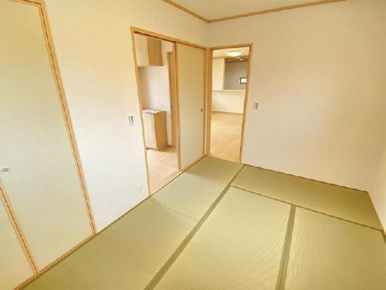 妻沼C号棟 和室・・・フローリングと違いやわらかい畳は小さいお子様のお昼寝や来客時の客間としてもお使いいただけます。