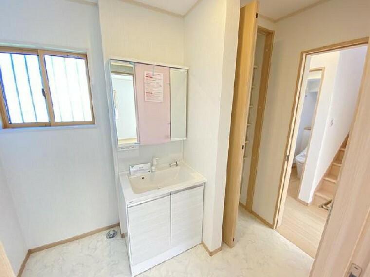 妻沼C号棟 洗面室・・・洗面台は三面鏡が付いており鏡の裏は収納スペースとなっております。化粧水やドライヤーなどごちゃごちゃしてしまいがちな洗面台もスッキリと片付けておくことが出来ますね
