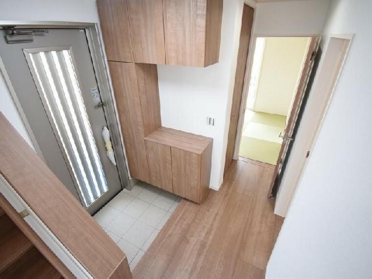 A号棟:玄関・・・シューズボックスが標準で付いております。可動棚になっているので長さのあるブーツやハイヒールなどもきちんと収納可能です。